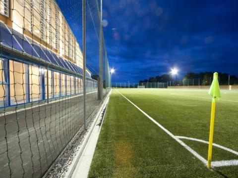Fußballplatz mit Eckfahne beim JUFA Hotel Fürstenfeld - Sport-Resort. Der Ort für erfolgreiches Training in ungezwungener Atmosphäre für Vereine und Teams.