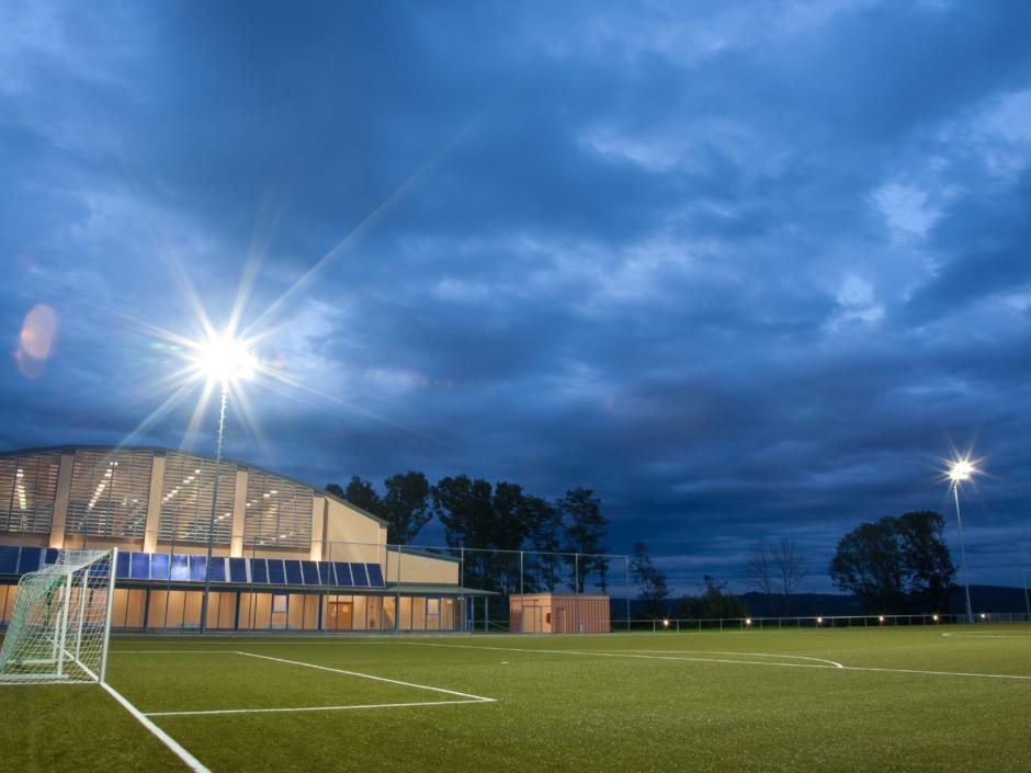 Fußballplatz  mit Flutlicht beim JUFA Hotel Fürstenfeld - Sport-Resort. Der Ort für erfolgreiches Training in ungezwungener Atmosphäre für Vereine und Teams.