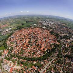 Luftaufnahme vom Geopark-Ries Nördlingen in der Nähe von JUFA Hotels. Der Ort für erholsamen Familienurlaub und einen unvergesslichen Winter- und Wanderurlaub.