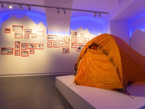 Ausstellungsraum im Gerlinde Kaltenbrunner Museum in der Nähe von JUFA Hotels. Der Ort für erholsamen Familienurlaub und einen unvergesslichen Winter- und Wanderurlaub.