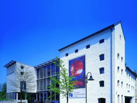 Sie sehen die Aussenansicht des Glasmalereimuseums in Linnich. JUFA Hotels bieten erholsamen Familienurlaub und einen unvergesslichen Winter- und Wanderurlaub