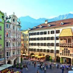 Goldenes Dachl in der Altstadt von Innsbruck in der Nähe vom  JUFA Hotel Wipptal. Der Ort für erholsamen Familienurlaub und einen unvergesslichen Winter- und Wanderurlaub.
