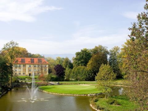 Golfplatz Schloss Frauenthal mit Gartenanlage in der Steiermark. JUFA Hotels bieten erholsamen Familienurlaub und einen unvergesslichen Winter- und Wanderurlaub.