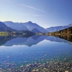 3-Seen-Tour mit dem Grundlsee in der Steiermark im Sommer. JUFA Hotels bietet tollen Sommerurlaub an schönen Seen für die ganze Familie.