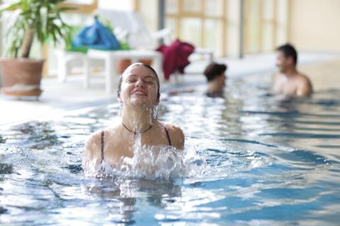 Erwachsene baden im Hallenbad im JUFA Hotel Gans - Sport-Resort. Der Ort für erfolgreiches Training in ungezwungener Atmosphäre für Vereine und Teams.