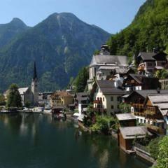 Hallstatt im Salzkammergut in Oberösterreich im Sommer in der Nähe von JUFA Hotels. Der Ort für erholsamen Familienurlaub und einen unvergesslichen Winter- und Wanderurlaub.