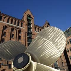 Sie sehen das maritime Museum in Hamburg mit einer Schiffsschraube im Vordergrund.JUFA Hotels bietet erlebnisreichen Städtetrip für die ganze Familie und den idealen Platz für Ihr Seminar.