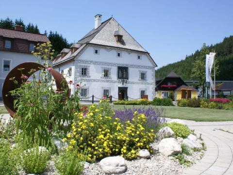 Sie sehen das Hammerherrenmuseum im Amonhaus in Lunz am See im Mostviertel. JUFA Hotels bieten erholsamen Familienurlaub und einen unvergesslichen Winter- und Wanderurlaub