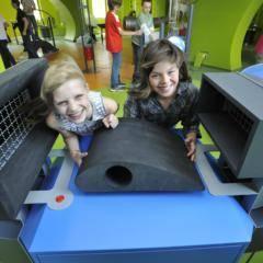 Zwei Mädchen beim experimentieren im Science Center im Haus der Natur in Salzburg in der Nähe vom JUFA Hotel Salzburg City. Der Ort für erlebnisreichen Städtetrip für die ganze Familie und der ideale Platz für Ihr Seminar.