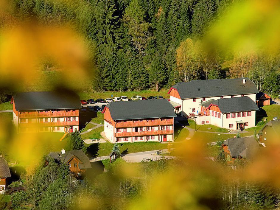 Aussenansicht vom JUFA Hotel Donnersbachwald - Almerlebnis in der Vogelperspektive. Der Ort für erholsamen Familienurlaub und einen unvergesslichen Winter- und Wanderurlaub.