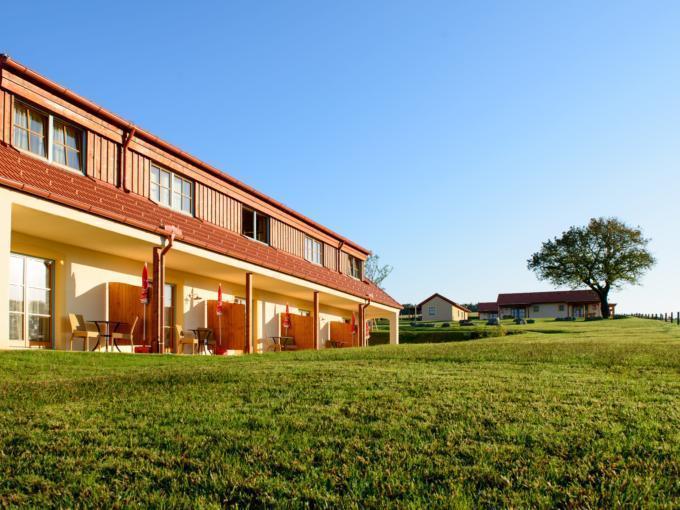 Aussenansicht vom JUFA Hotel Neutal - Landerlebnis im Sommer. Der Ort für erlebnisreichen Natururlaub für die ganze Familie.