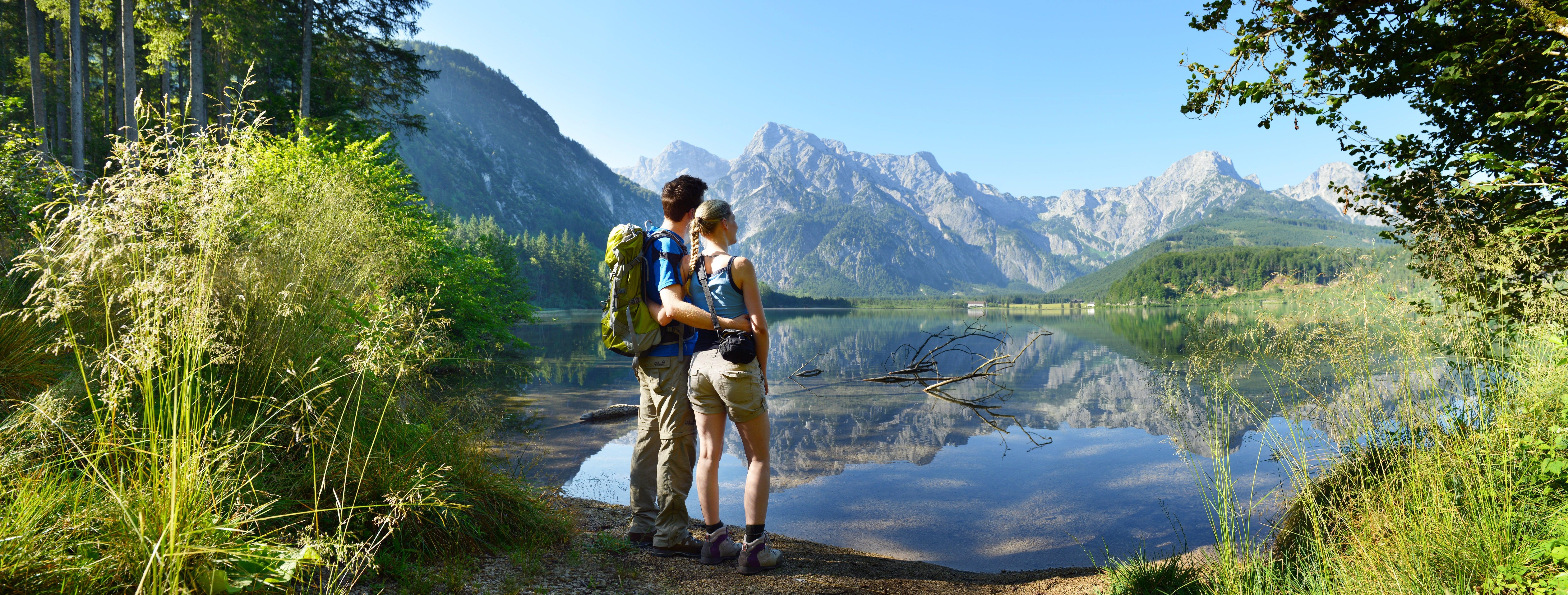 JUFA_Almtal_(c)_OOE_Tourismus_Wanderer_am_Almsee