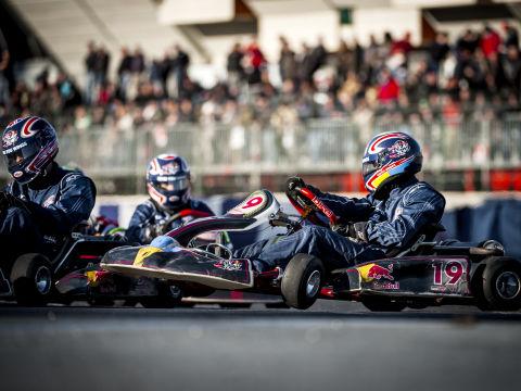 Kartrennfahrer auf dem Red Bull Ring in Spielberg in der Nähe von JUFA Hotels. Der Ort für erholsamen Familienurlaub und einen unvergesslichen Winter- und Wanderurlaub.