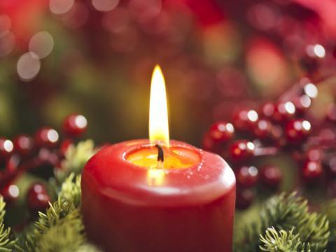 Kerzen auf Adventkranz in besinnlicher Weihnachtszeit. JUFA Hotels bietet kinderfreundlichen und erlebnisreichen Urlaub für die ganze Familie.
