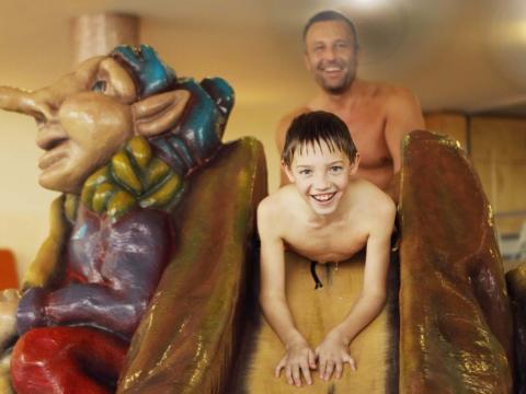 Vater und Sohn im Kinderbereich der Therme Laa im Weinviertel in Niederösterreich in der Nähe von JUFA Hotels. Der Ort für erholsamen Familienurlaub und einen unvergesslichen Winter- und Wanderurlaub.