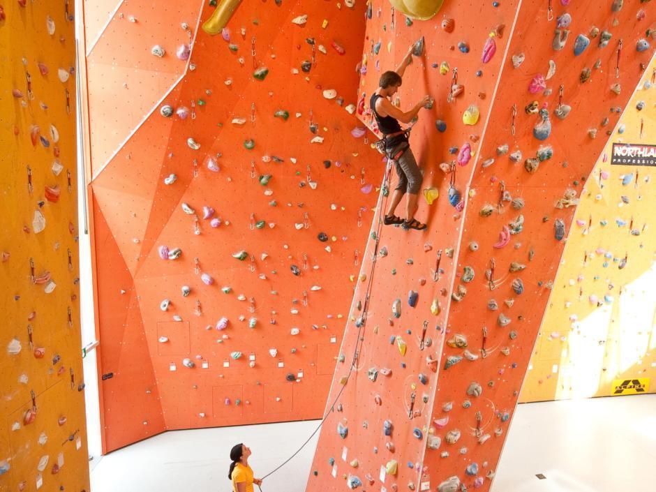 Paar beim Klettern in der Kletterhalle im JUFA Hotel Fürstenfeld Sport-Resort. Der Ort für erfolgreiches Training in ungezwungener Atmosphäre für Vereine und Teams.