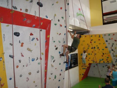 Sie sehen eine Kletterhalle mit Kindern in Neutal. JUFA Hotels bietet kinderfreundlichen und erlebnisreichen Urlaub für die ganze Familie.