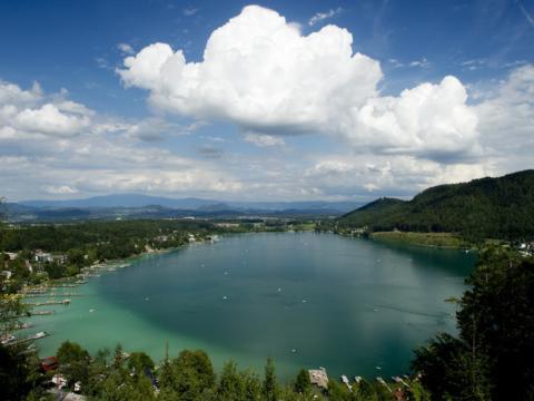 Klopeinersee in Südkärnten im Sommer in der Nähe vom JUFA Hotel Bleiburg/Pliberk - Sport-Resort. Der Ort für erfolgreiches Training in ungezwungener Atmosphäre für Vereine und Teams.