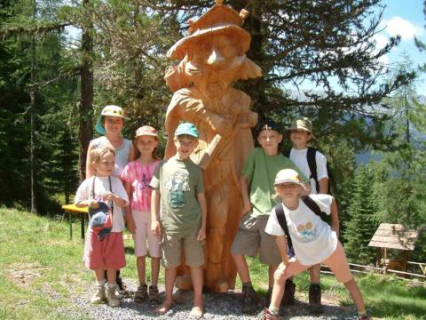Sie sehen König Waldgeist mit Kindergruppe in den Nockbergen. JUFA Hotels bietet kinderfreundlichen und erlebnisreichen Urlaub für die ganze Familie.