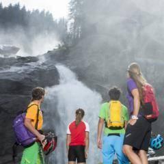 Familie macht Pause von der Radtour bei den Krimmler Wasserfällen in der Nähe von JUFA Hotels. Der Ort für erholsamen Familienurlaub und einen unvergesslichen Winter- und Wanderurlaub.