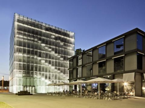 Kunsthaus Bregenz bei Abendstimmung in Vorarlberg in der Nähe vom JUFA Hotel Bregenz am Bodensee. Der Ort für erlebnisreichen Städtetrip für die ganze Familie und der ideale Platz für Ihr Seminar.
