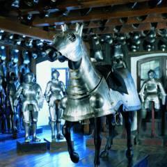 Ausstellungsraum mit Ritterrüstungen im Landeszeughaus im Universalmuseum Joanneum in der Nähe vom JUFA Hotel Graz City. Der Ort für erlebnisreichen Städtetrip für die ganze Familie und der ideale Platz für Ihr Seminar.