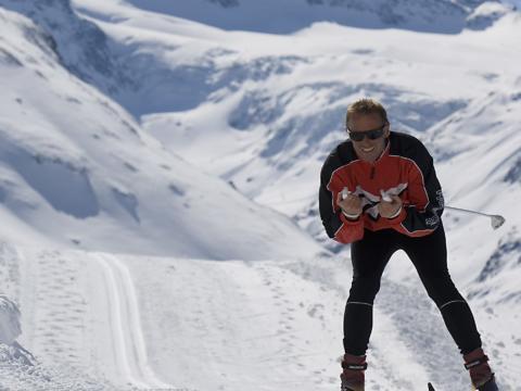 Mann beim Langlaufen auf der Silvretta Bielerhöhe im Montafon. JUFA Hotels bietet erholsamen Familienurlaub und einen unvergesslichen Winterurlaub.