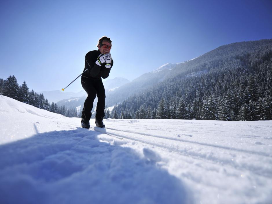 Langläufer auf wundervoller Langlaufloipe in Steg in Liechtenstein. JUFA Hotels bietet erholsamen Familienurlaub und einen unvergesslichen Winterurlaub.