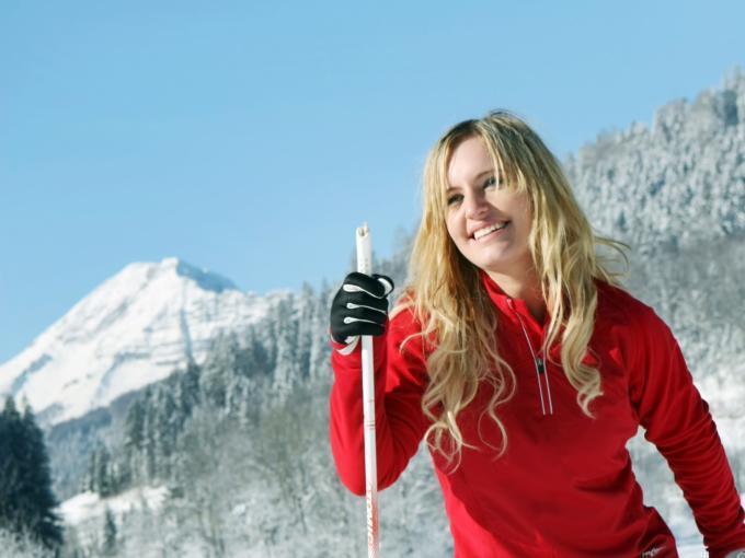 Sie sehen eine Frau beim langlaufen in Annaberg im Mostviertel. JUFA Hotels bietet erholsamen Familienurlaub und einen unvergesslichen Winterurlaub.