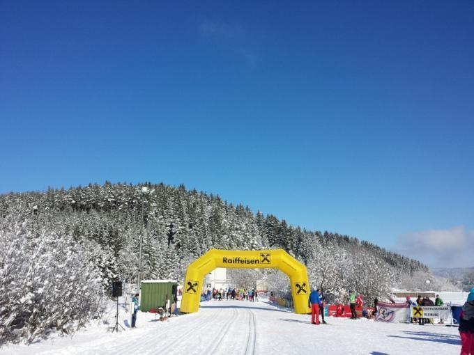 Startpunkt der Langlaufloipe im Langlaufzentrum Pirkdorfer See in Kärnten. JUFA Hotels bietet erholsamen Familienurlaub und einen unvergesslichen Winterurlaub.