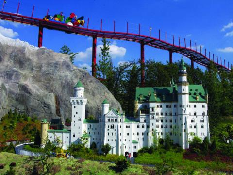 Legoland Deutschland mit Schloss Neuschwanstein und Achterbahn in der Nähe vom JUFA Hotel Nördlingen. Der Ort für erholsamen Familienurlaub und einen unvergesslichen Winter- und Wanderurlaub.