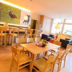 Gemütlicher Lobbybereich mit Café im JUFA Hotel Almtal. Der Ort für erholsamen Familienurlaub und einen unvergesslichen Winter- und Wanderurlaub.