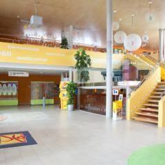 Lobbybereich im JUFA Hotel Bleiburg Sport-Resort. Der Ort für erholsamen Familienurlaub und einen unvergesslichen Winter- und Wanderurlaub.