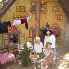 Kinder vor Hexenhaus im Märchenwald Steiermark im Murtal in der Nähe von JUFA Hotels. Der Ort für kinderfreundlichen und erlebnisreichen Urlaub für die ganze Familie.