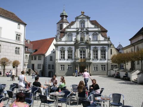 Sie sehen denMarktplatz vor dem Rathaus in Wangen mit einem Café. JUFA Hotels bietet erholsamen Familienurlaub und einen unvergesslichen Winter- und Wanderurlaub.