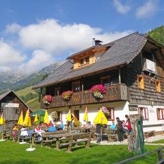 Wanderpause einlegen auf der Möslalm im Gitschtal in Kärnten  in der Nähe vom JUFA Hotel Gitschtal - Landerlebnis. Der Ort für erlebnisreichen Natururlaub für die ganze Familie.