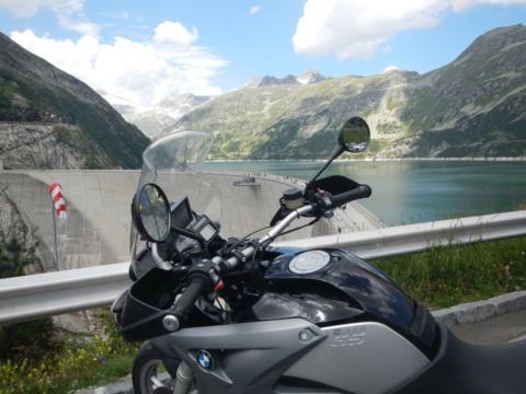 Rast vom Motorradfahren bei einem Stausee in den Alpen. JUFA Hotels bietet erholsamen Familienurlaub und einen unvergesslichen Winter- und Wanderurlaub.