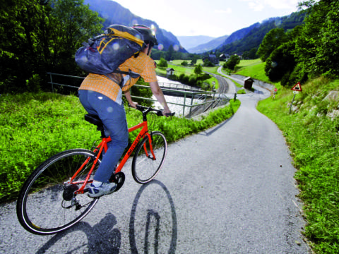 Murradweg in Murtal-Spielberg mit Radfahrer mit JUFA Hotels. Der Ort für erholsamen Familienurlaub und einen unvergesslichen Winter- und Wanderurlaub.