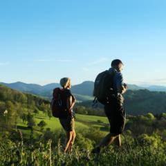 Wanderpaar im Naturpark Ötscher-Tormäuer im Mostviertel in der Nähe von JUFA Hotels. Der Ort für erholsamen Familienurlaub und einen unvergesslichen Winter- und Wanderurlaub.