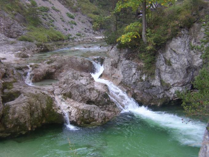 Sie sehen die Ötschergräben mit Wasserfall im naturpark Ötscher-Tormäuer. JUFA Hotels bietet Ihnen den Ort für erlebnisreichen Natururlaub für die ganze Familie.