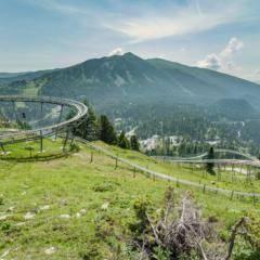 Sommerrodelbahn Nocky Flitzer in wunderschöner Berglandschaft. JUFA Hotels bietet kinderfreundlichen und erlebnisreichen Urlaub für die ganze Familie.