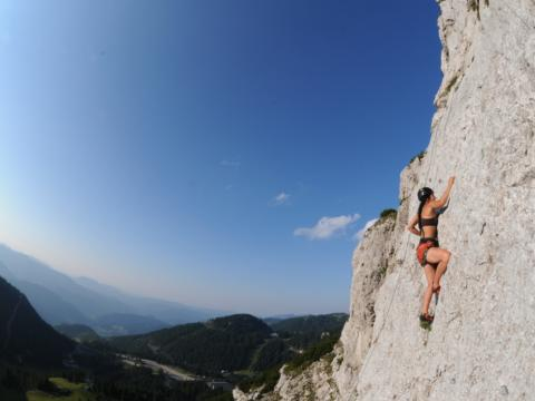 Frau klettert auf der Kletterwand im Hochkar. JUFA Hotels bietet Ihnen den Ort für erlebnisreichen Natururlaub für die ganze Familie.