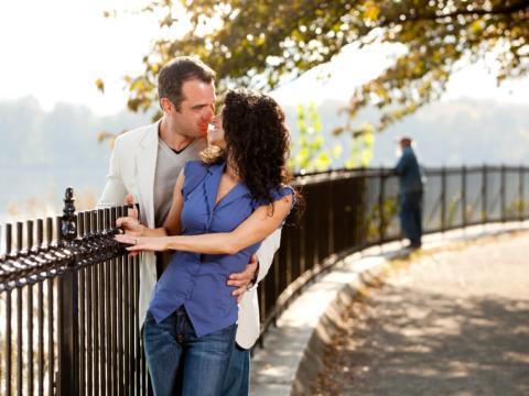Paar umarmt sich bei Spaziergang um See im Sommer in der Nähe von JUFA Hotels. Der Ort für erholsamen Familienurlaub und einen unvergesslichen Winter- und Wanderurlaub.