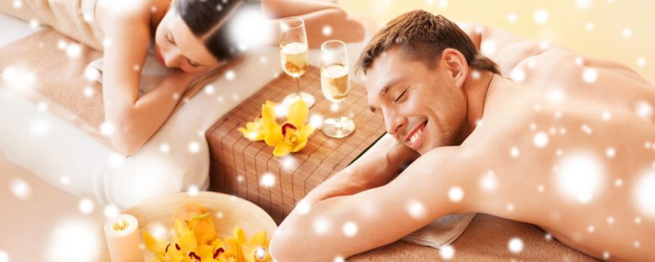 Paar im Wellnessurlaub nach einer Massage. JUFA Hotels bietet erholsamen Thermenspass für die ganze Familie.