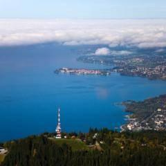 Pfänder-Erlebnisberg mit Blick auf Bodensee im Sommer. JUFA Hotels bietet tollen Sommerurlaub an schönen Seen für die ganze Familie.
