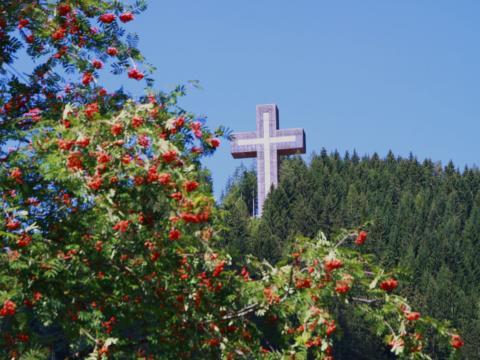 Pilgerkreuz am Veitscher Ölberg im Mariazellerland-Hochsteiermark in der Nähe vom JUFA Hotel Veitsch. Der Ort für erholsamen Familienurlaub und einen unvergesslichen Winter- und Wanderurlaub.
