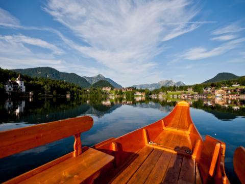 Plätte am Grundlsee im Salzkammergut im Sommer in der Nähe von JUFA Hotels. Der Ort für tollen Sommerurlaub an schönen Seen für die ganze Familie.
