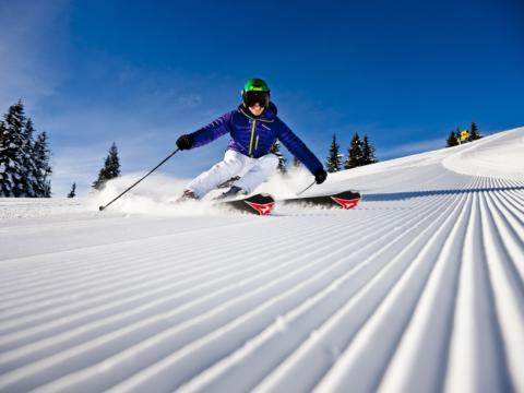 Skifahrer auf der Planai im Winter in Schladming-Dachstein in der Nähe vom JUFA Hotel Schladming. Der Ort für erholsamen Familienurlaub und einen unvergesslichen Winter- und Wanderurlaub.