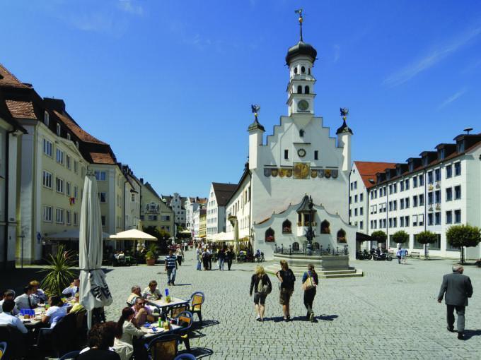Rathaus Kempten mit Hauptplatz und Kirche im Sommer in der Nähe vom JUFA Kempten - Familien-Resort. Der Ort für kinderfreundlichen und erlebnisreichen Urlaub für die ganze Familie.