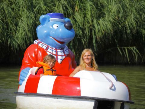 Mutter und Sohn im Käptn Blaubär Spassboot im Ravensburger Spieleland in Baden-Württemberg in der Nähe von JUFA Hotels. Der Ort für erholsamen Familienurlaub und einen unvergesslichen Winter- und Wanderurlaub.